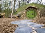 Een met de natuur in sprookjesachtig hobbithuisje