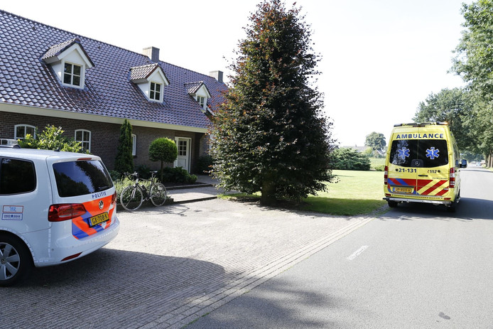 De politie en ambulance komen ter plaatse na de botsing.