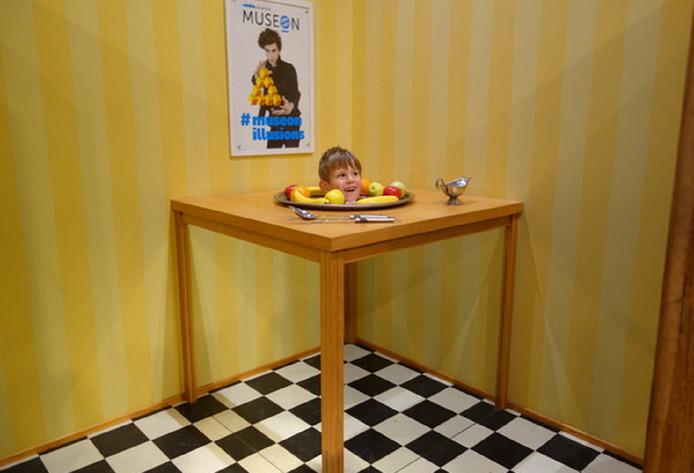 De truc van Julian met de fruitschaal. De foto is gemaakt in het Museon in Den Haag, op een tentoonstelling over optische illusie.