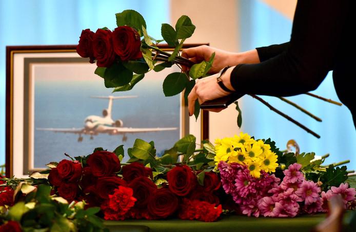 Mensen leggen bloemen neer bij de Russische ambassade in Minsk.