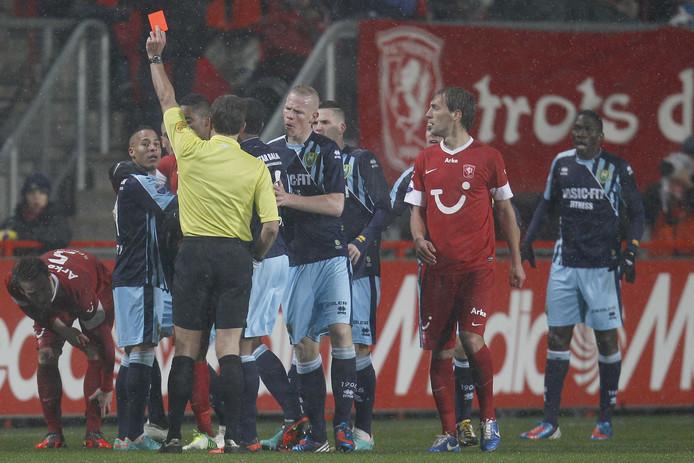 Chery (geheel links) krijgt rood van arbiter Wegereef.