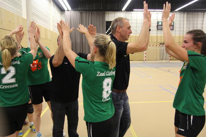 Groessen-trainer Jan Lentjes (2e van rechts) viert de promotie met zijn speelsters.