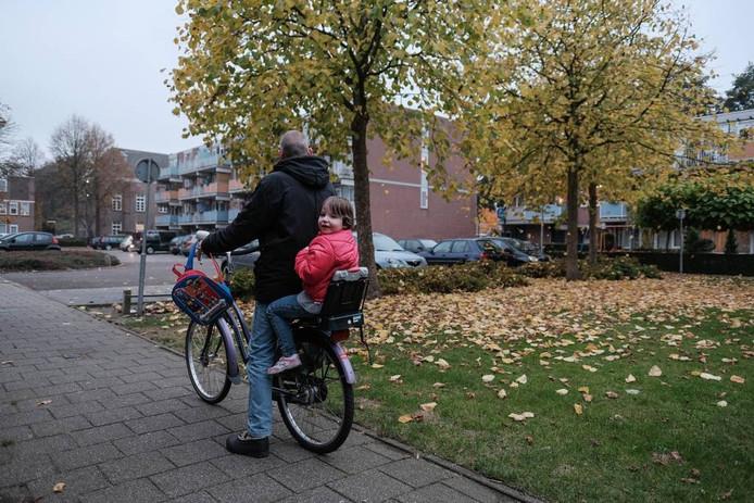 Kyanka bij haar vader achterop de fiets. Foto: Jan van den Brink