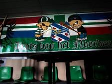 Begeleider voetbalsupporters de laan uit door Satudarah
