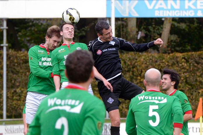 Stan Broenland en Dirk Visscher van Germania in duel met Omar Nejjari van RKHVV. Archieffoto
