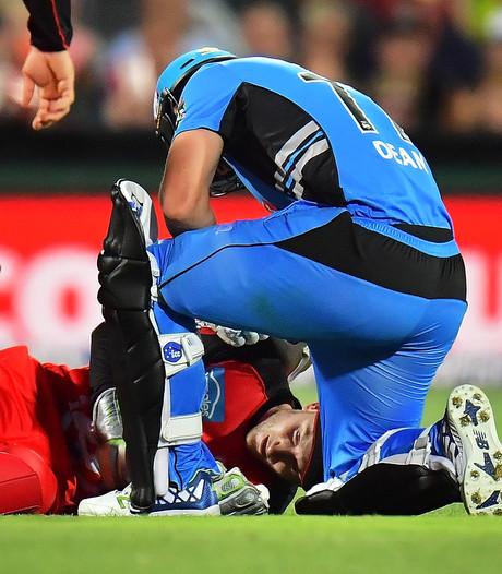 VIDEO: Speler krijgt rondvliegend cricketbat in gezicht