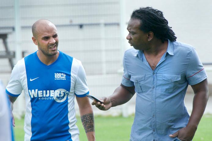 Trainer Carlo Derby van SCH (rechts) overlegt met Gino Berhitu.