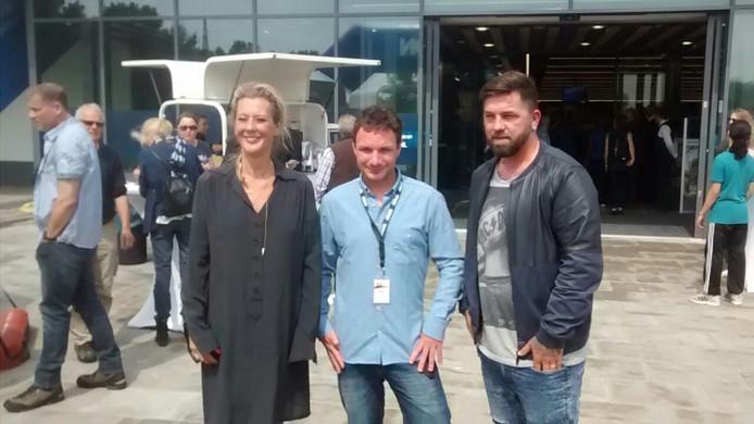 Theo Janssen (rechts) met wethouder Ine van Burgsteden (links) met manager Bram Eussen