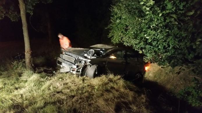 De auto raakte zwaar beschadigd bij het eenzijdige ongeluk in Bredevoort