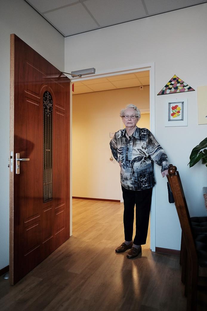 Tonnie Franken-Bleekman bij haar voordeur.