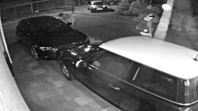 De autokrakers inspecteren auto's in Veenendaal.