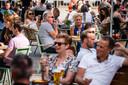 DEN BOSCH - Gasten zoeken de terrassen op van cafe Hart van Brabant in Den Bosch. De maatregelen om verspreiding van het coronavirus tegen te gaan zijn versoepeld, onder meer voor groepen, horeca, onderwijs en culturele instellingen.
