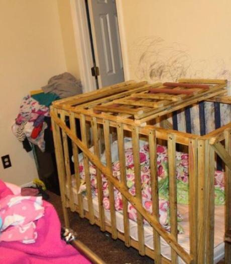 Agenten VS stuiten op zware mishandeling: kinderen opgesloten in houten kooien