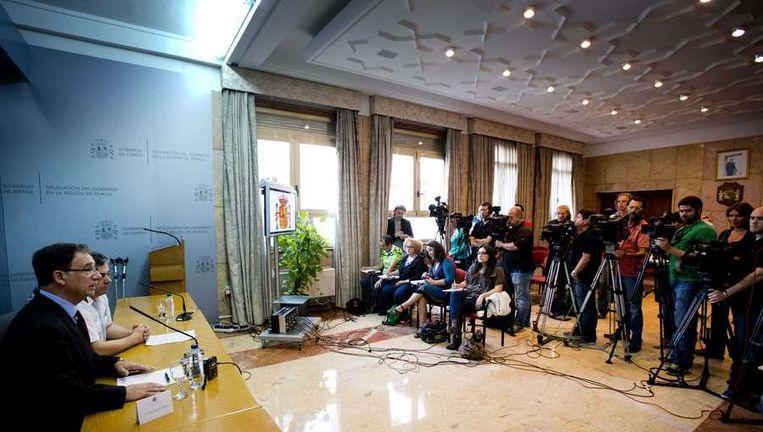 Joaquin Bascunana (L), een afgevaardigde van de regering van het Spaanse Murcia, en politiechef Ilmo Sr. tijdens de persconferentie maandag. Beeld anp