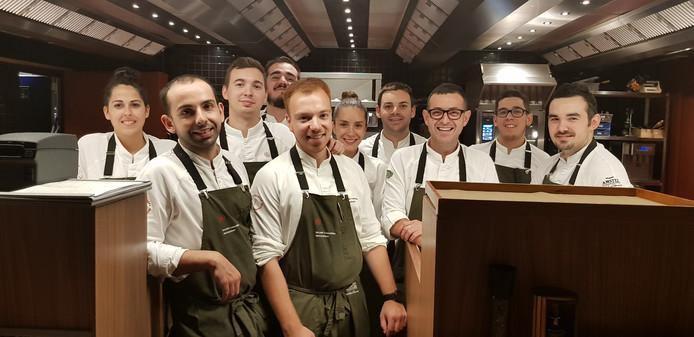 Chef-kok Jeffrey van Zijl (midden, rossig) van Ricard Camarena Restaurant in Valencia, met zijn keukenteam. Derde van rechts is eigenaar Ricard Camarena.