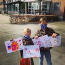 """Dees Kapetijns uit Essen: """"Leuke kinderstof! Ik wil vooral de mensen in de omgeving laten zien dat wij social distancing serieus nemen, ook voor de kinderen. Deze foto is gemaakt voor het bejaardentehuis, waar we tekeningen gingen afgeven."""""""