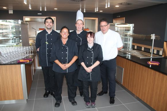 Het eigen keukenpersoneel en directeur Geert Hermans in het nieuwe zelfbedieniningsrestaurant.