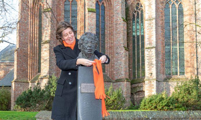 Wethouder Annebeth Evertz doet Annie M.G. Schmidt een oranje sjaal om als een symbool tegen geweld.