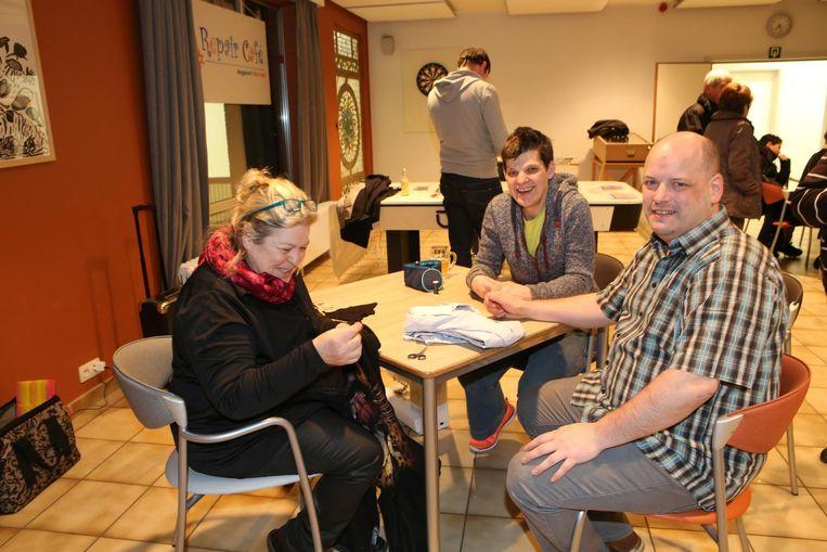 Enkele bezoekers van het Repair Café .