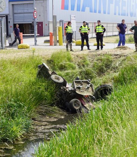 Grasmaaier valt in sloot, bestuurder gewond