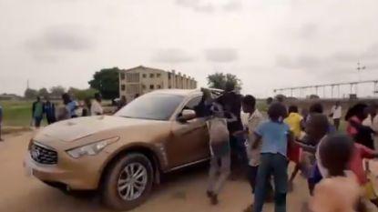 VIDEO: Waanzinnige taferelen in Nigeria: Moses Simon moet met geldbiljetten strooien om fans af te schudden