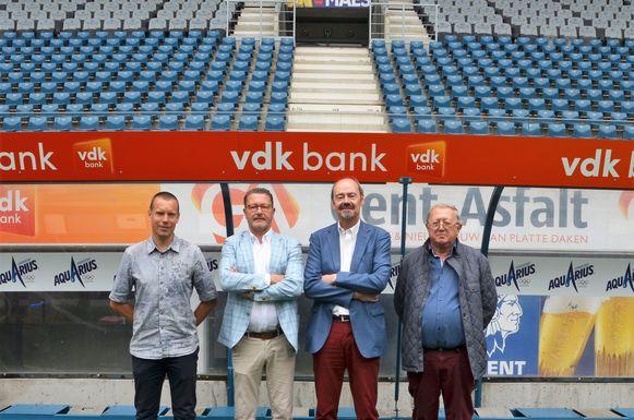 Björn De Neve, Stefaan Luca, Patrick Lips en Freddy Plasschaert in de dug-out van de Ghelamco.