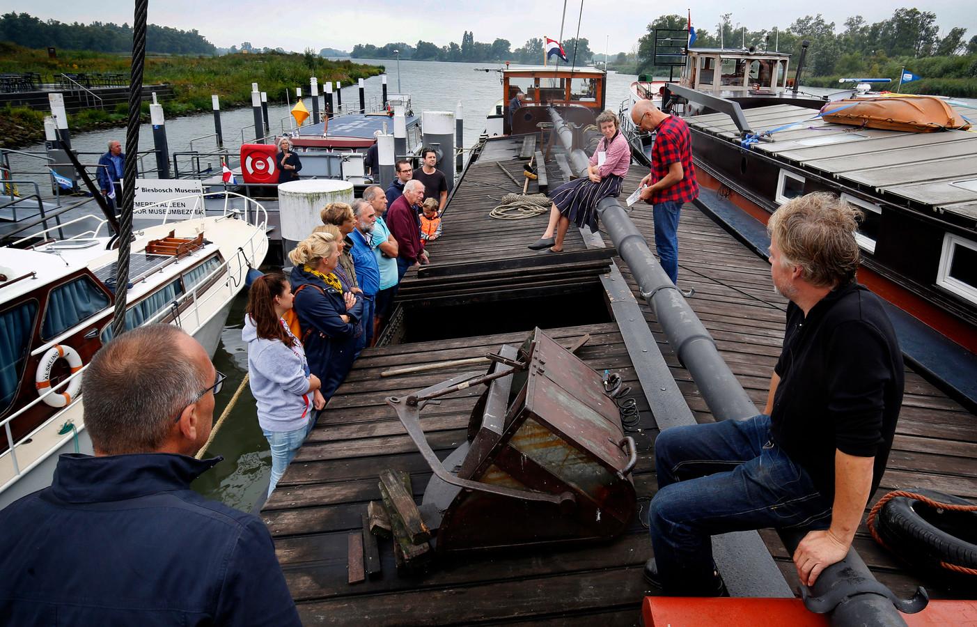 Bezoekers aan boord luisteren naar de verhalen van de schipper. Zelf komen ze ook met hun ervaringen .