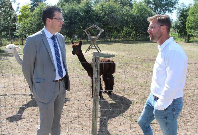 Joost van Oostrum en Maarten Reimes bij de alpaca's van Hof van Ecberge.