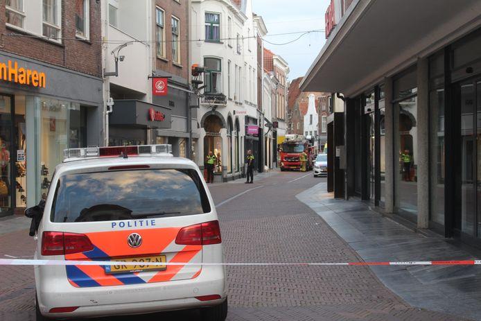Een deel van de binnenstad in Zutphen werd zondagavond afgesloten vanwege een verward persoon op een dak.