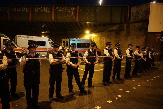 De politie sluit de straat langs een moskee in Londen af nadat een man er afgelopen zomer met een busje op een groep mensen is ingereden.