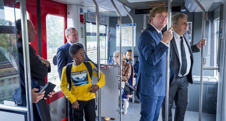 Met koning Willem-Alexander in de metro tijdens een werkbezoek aan Zuidoost Beeld ANP