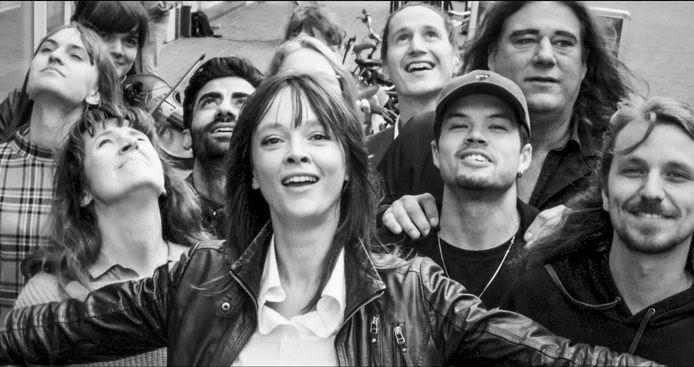 Zangeres Lavalu in de video voor haar single 'Midair', met achter haar diverse vertegenwoordigers van de culturele sector in Arnhem.