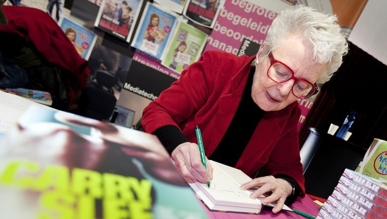 Schrijfster Carry Slee signeert een boek tijdens de audities voor de nieuwe Carry Slee-verfilming Spijt! Beeld anp