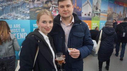 VIDEO: Eerste Russen in luchthaven Oostende-Brugge verwelkomd met Brugse Zot en garnalen