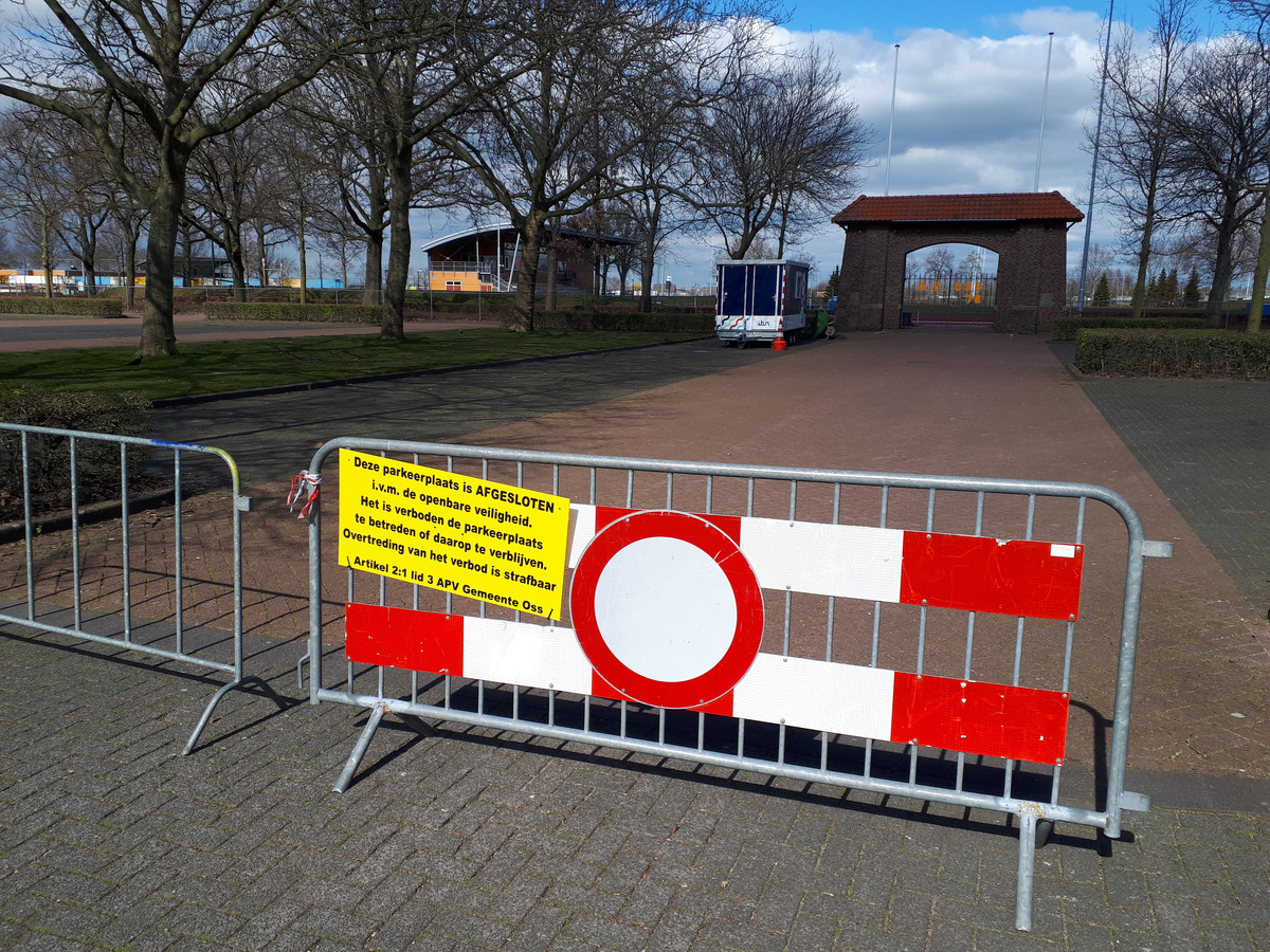 Een van de hekken waarmee een groot deel van het parkeerterrein bij sportpark De Rusheuvel is afgesloten.