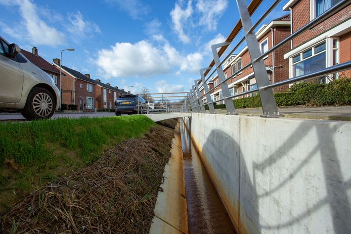 De stadsbeek in Stadsveld, de verharding op de stoepen deugt niet en er ligt nogal eens rommel in het beekje.