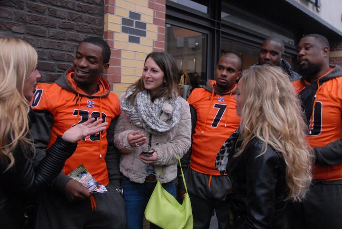 Spelers van het Nederlands American-footballteam zijn bezig met het beklinken van een opmerkelijke deal