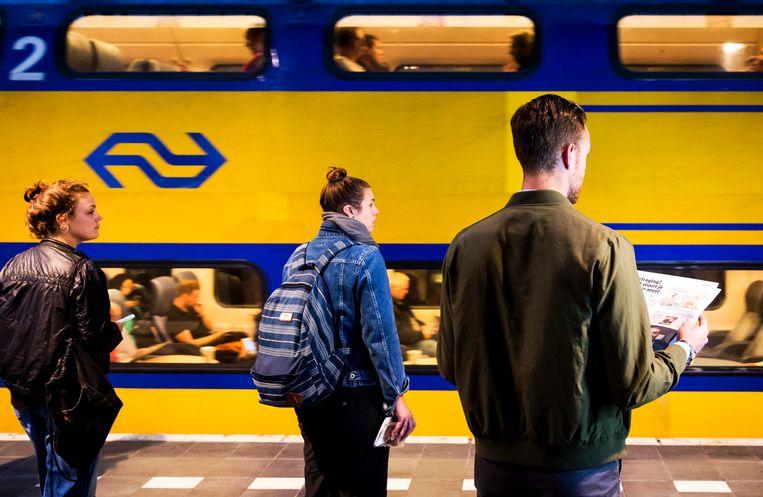Reizigers wachten op de trein. Beeld ANP