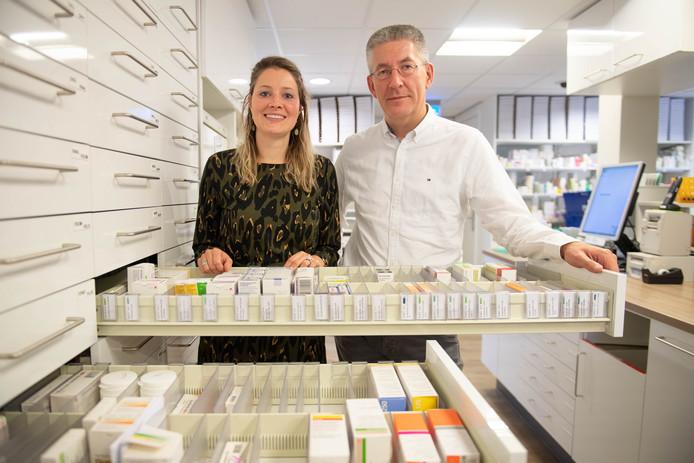 Laurien Tijink en Freek Duinkerken moeten wennen aan het idee dat apotheek Oldenzaal straks geen dienstapotheek meer is.