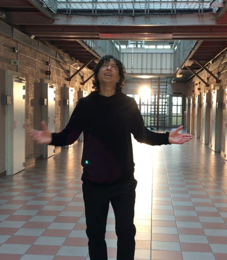 Vinzzent neemt nieuwe videoclip op in Bredase Koepelgevangenis: 'Gebouw past bij het lied'