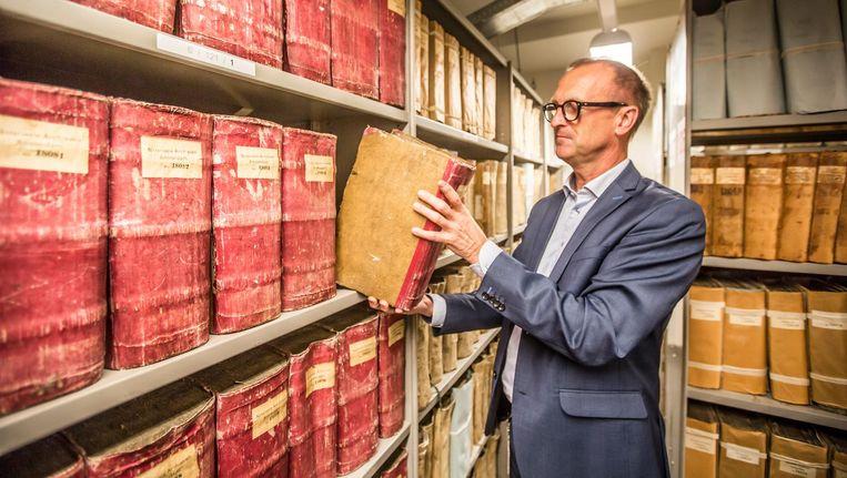 Kasten vol notariële archieven nemen veel ruimte in, toont De Vries. Deze papieren worden gedigitaliseerd Beeld Eva Plevier
