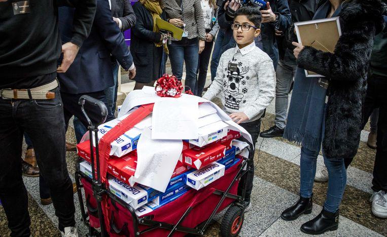 Nemr brengt ruim 250.000 handtekeningen voor een ruimer kinderpardon de Tweede Kamer in. Beeld ANP