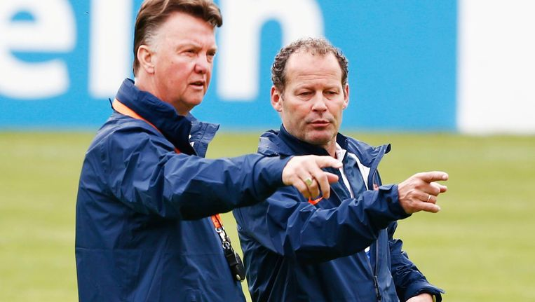 Louis van Gaal ( L) en Danny Blind in 2013, toen eerstgenoemde bondscoach was en Blind zijn assistent. Beeld ANP