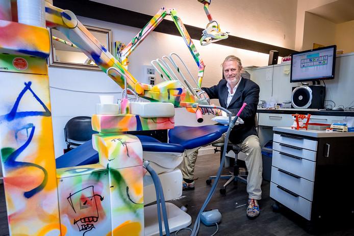 'Kindvriendelijke' tandarts Hans Kleinjan heeft zijn apparatuur bespoten met graffiti en draagt ook geen witte jas.
