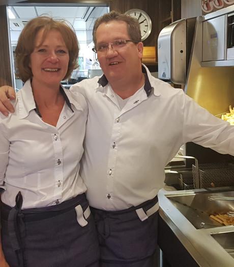 Met tranen in de ogen neemt Waalwijk afscheid van iconische friettent