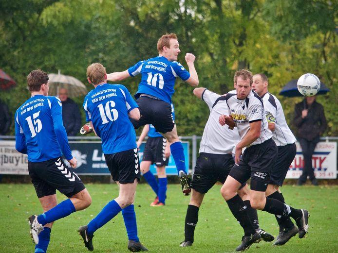 Bart van den Hemel (nummer 10) viel zondag uit bij Groede.