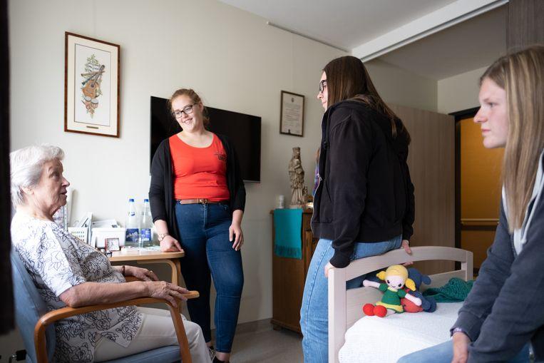 Drie jongeren logeren een week lang in WZC De Vlietoever en gingen meteen kennismaken met de bewoners.