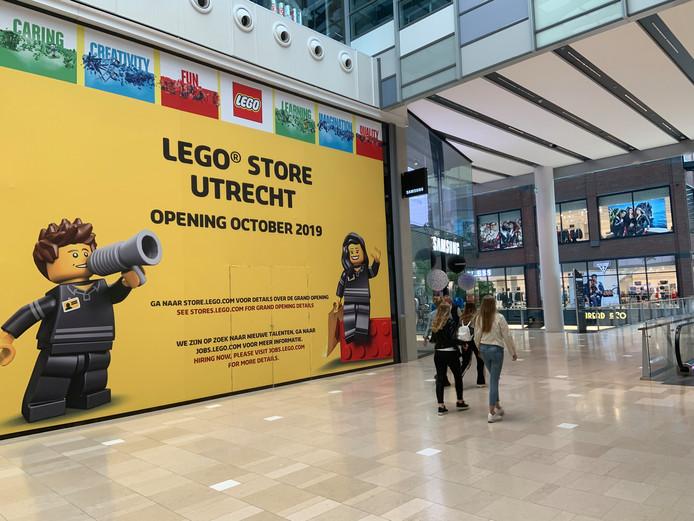 De komst van de Legostore wordt in Hoog Catharijne al aangekondigd.
