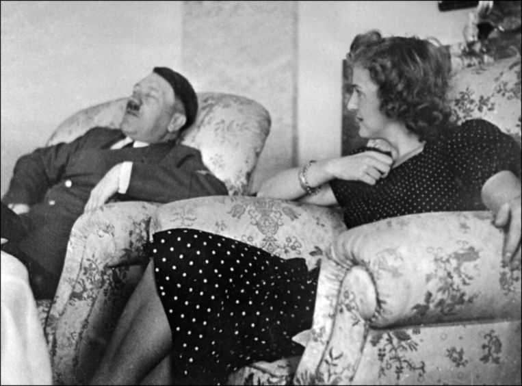 Hitler en Eva Braun in 1937. Beeld afp
