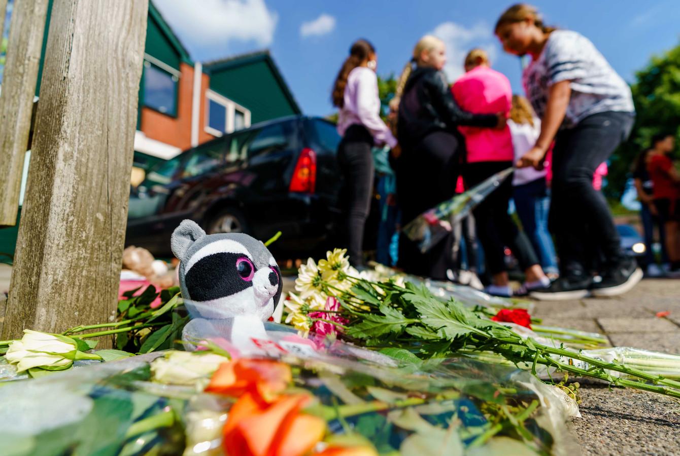 Kinderen laten knuffels en bloemen achter bij de woning van het omgekomen gezin.